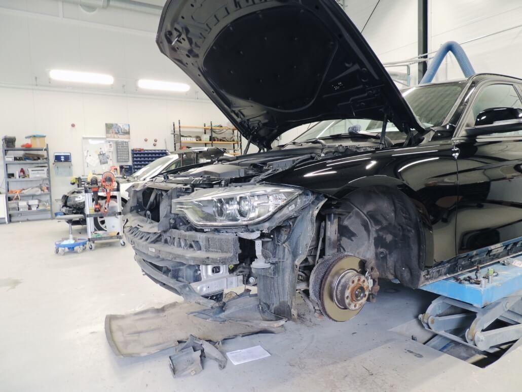 Svart bil under reparation